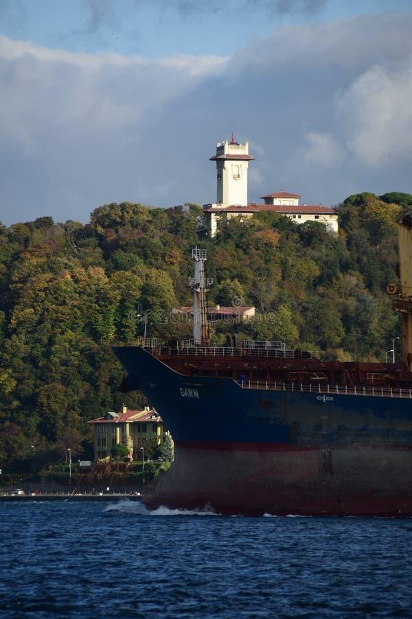Грузовой корабль в Стамбуле стоковые фотографии rf