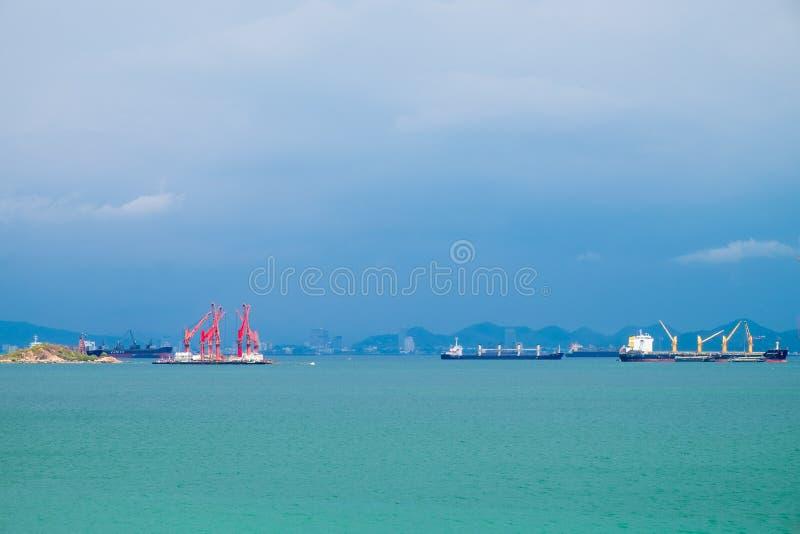 Грузовой корабль, дрейфующий в центре моря стоковые изображения
