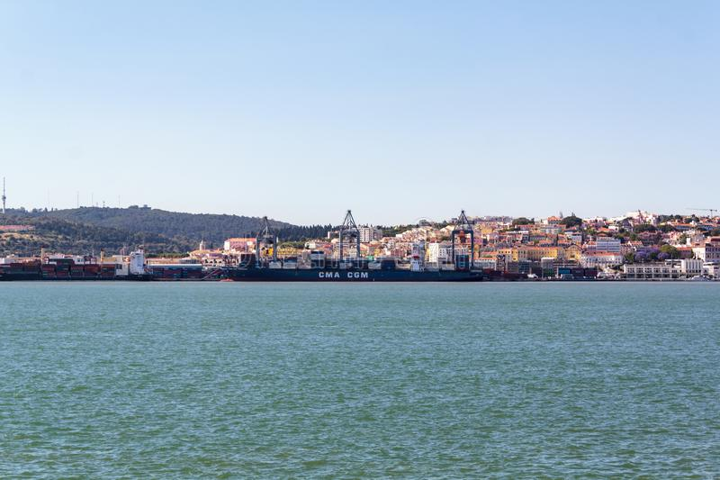 Грузовой корабль на порте Лиссабона стоковые фото