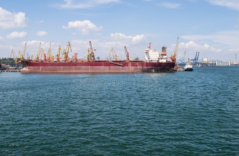 Грузовой корабль и краны в морском порте стоковые фото