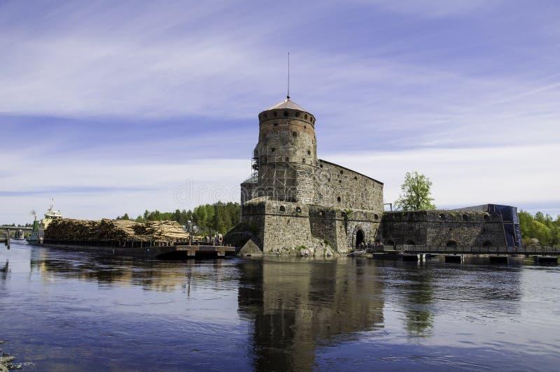 Грузовой корабль проходя замок Olavinlinna стоковая фотография rf