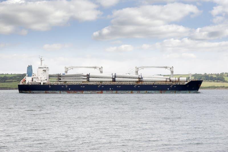 Грузовой корабль с частями ветрянки стоковые фото