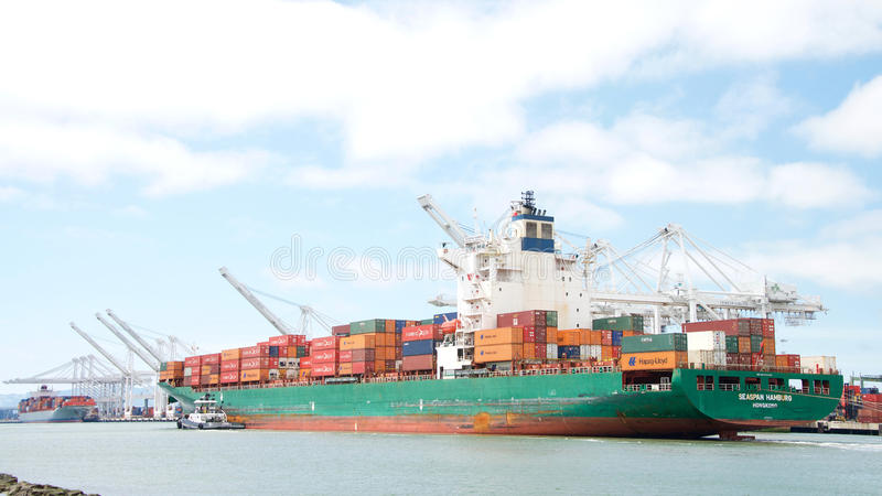 Грузовой корабль SEASPAN ГАМБУРГ входя в порт Окленд стоковое изображение