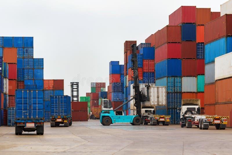 Грузоподъемник регулируя коробку контейнера нагружая к тележке стоковое изображение