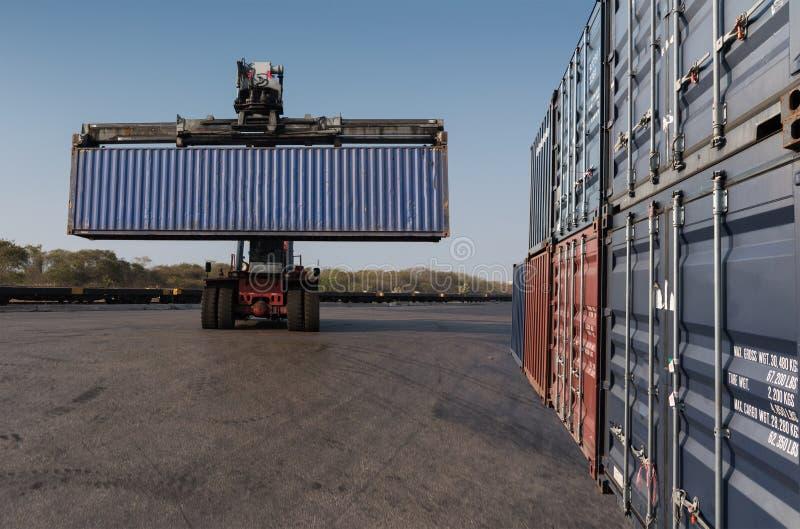 грузоподъемник держа регулировать коробку контейнера стоковые изображения