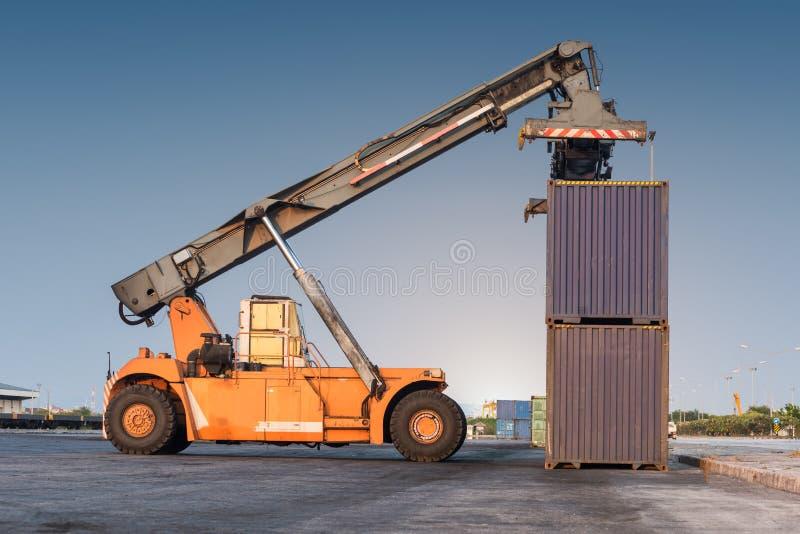 грузоподъемник регулируя держащ коробку контейнера стоковые изображения
