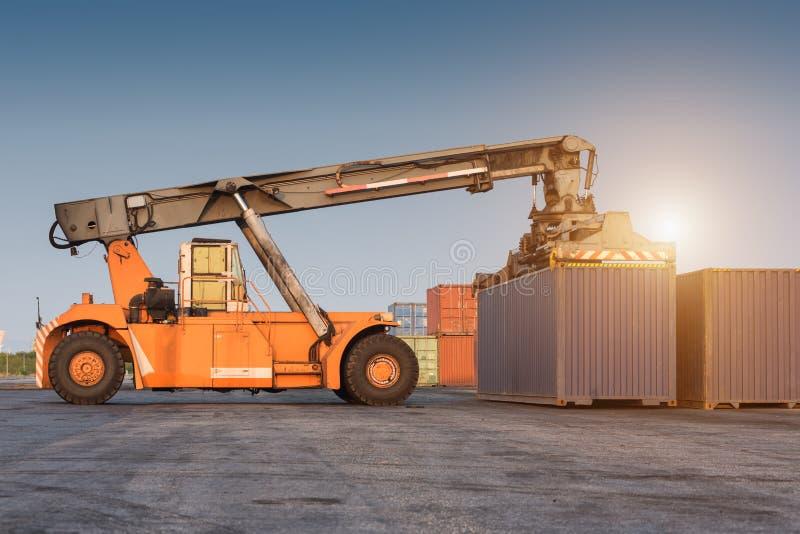 грузоподъемник регулируя держащ коробку контейнера стоковое фото