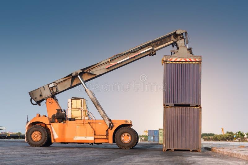 грузоподъемник регулируя держащ коробку контейнера стоковая фотография