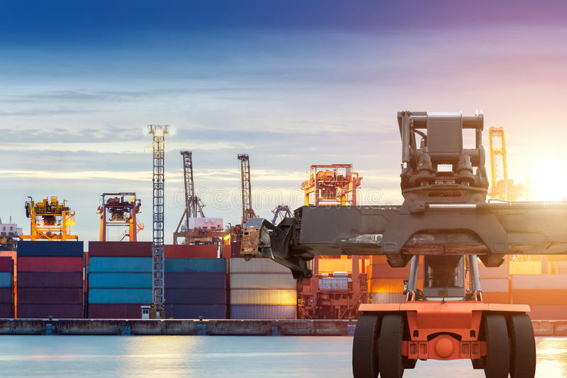 Грузоподъемник регулируя загрузку коробки контейнера на грузе порта стоковая фотография