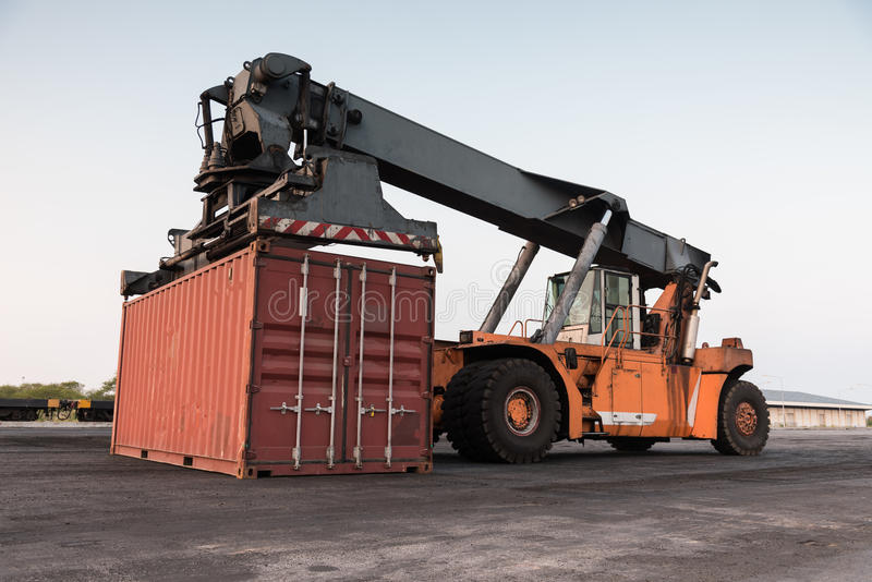 Грузоподъемник регулируя загрузку коробки контейнера стоковая фотография
