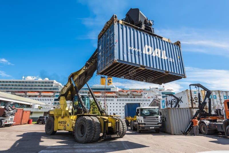 Грузоподъемник регулируя коробку контейнера в логистической зоне стоковые изображения