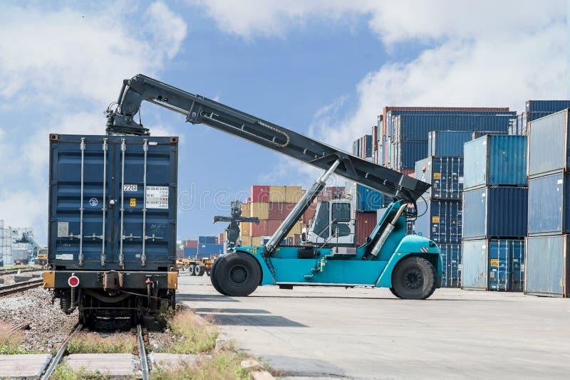 Грузоподъемник регулируя коробку контейнера нагружая к товарному составу стоковое фото rf