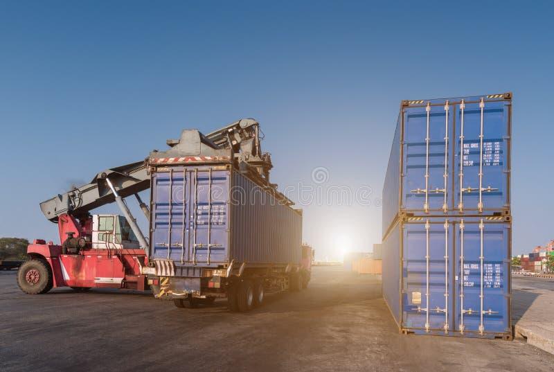 Грузоподъемник регулируя коробку контейнеров стоковое изображение rf