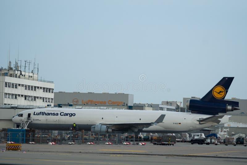 Груз McDonnell Douglas MD-11 Люфтганзы на стержне груза  стоковое изображение