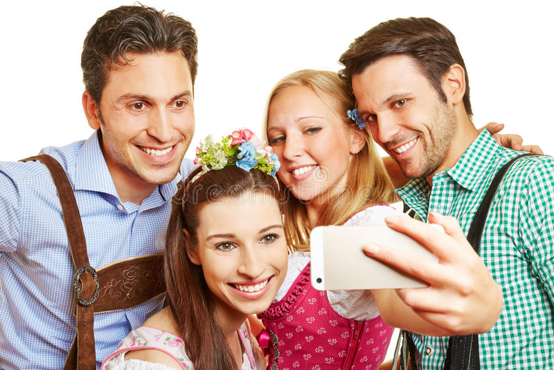Группа в Баварии принимая selfie стоковые фотографии rf