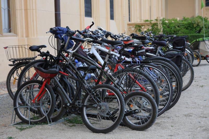 Группа в составе автостоянка велосипеда перед замком Lednice стоковое фото