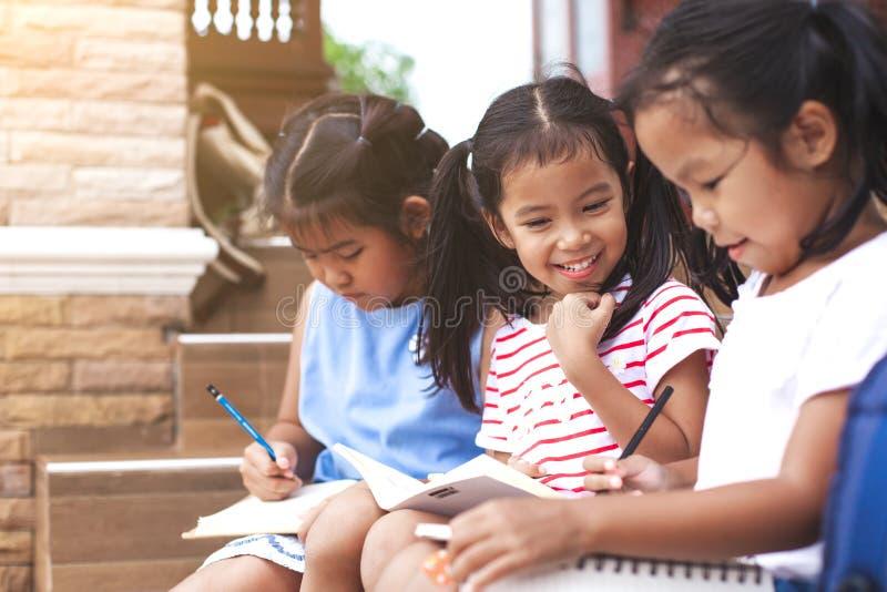 Группа в составе азиатские дети читая книгу стоковые изображения rf