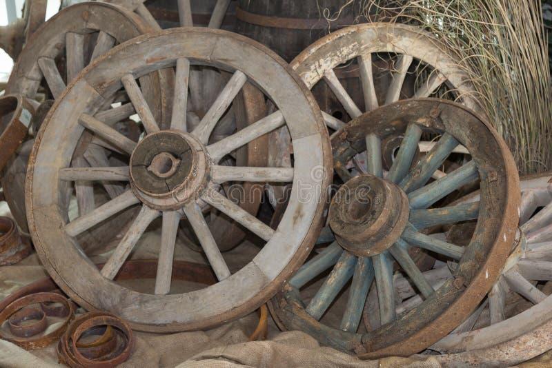 Группа в составе античные деревянные колеса колесницы s стоковая фотография rf