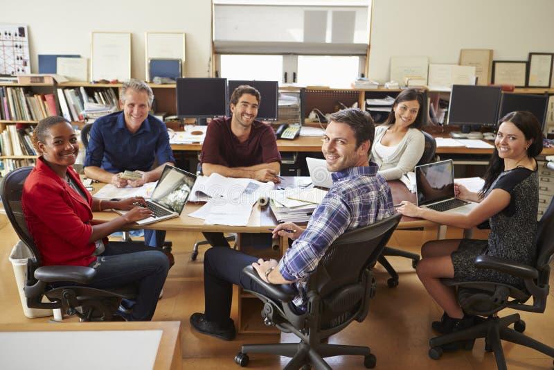 Группа в составе архитекторы встречая вокруг стола стоковое фото rf