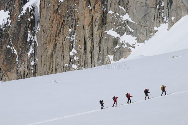 Группа в составе альпинисты лыжи стоковые изображения rf