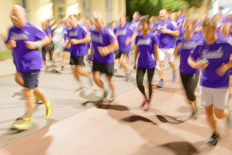 Группа в составе бегуны в голубых платьях, нерезкость движения стоковые фотографии rf