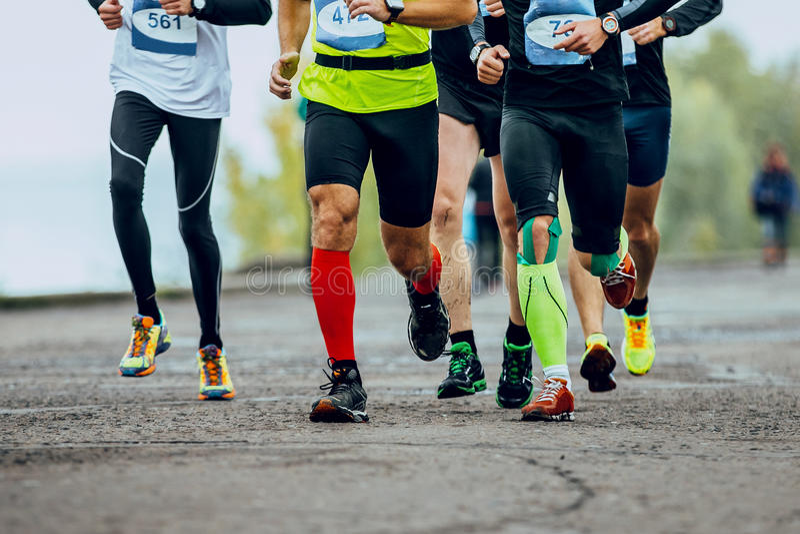 Группа в составе бегуны людей бежать улицы города стоковое фото