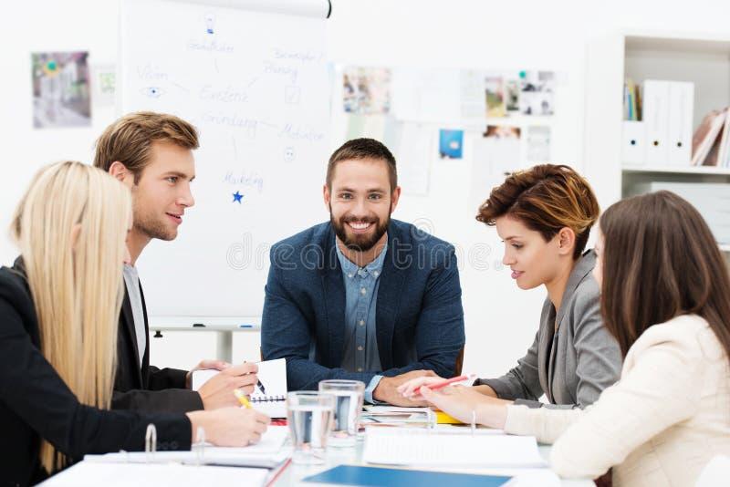 Группа в составе бизнесмены в встрече стоковые фото
