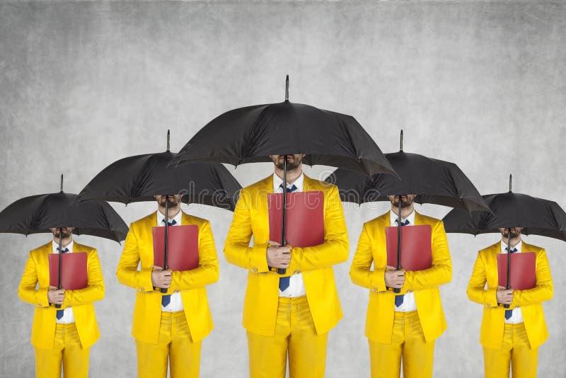 Группа в составе бизнесмены готовые к защите личных данных стоковые изображения rf