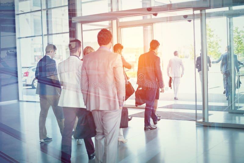 Группа в составе бизнесмены идя от здания стоковая фотография rf