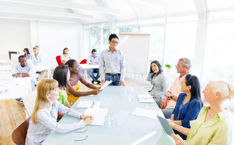 Группа в составе бизнесмены имея встречу в их офисе стоковые изображения rf