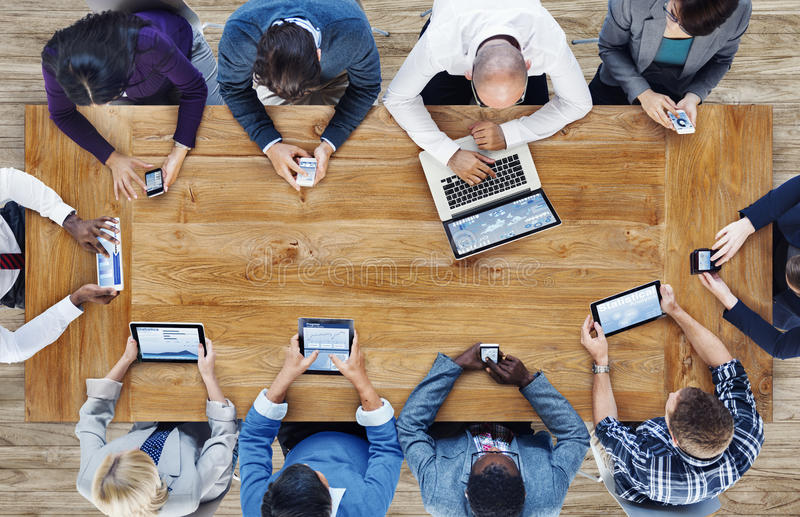 Группа в составе бизнесмены используя приборы цифров стоковые фото