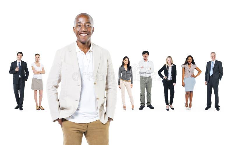 Группа в составе бизнесмены и их руководитель стоковое изображение