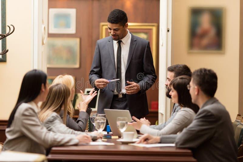 Группа в составе бизнесмены или юристы - встреча в офисе стоковое изображение