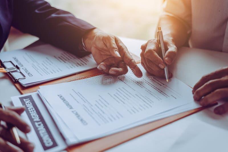 Группа в составе бизнесмены и юристы среднего возраста азиатские обсуждая и подписать контракт стоковое фото