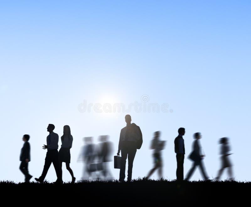 Группа в составе бизнесмены идя Outdoors стоковые фото