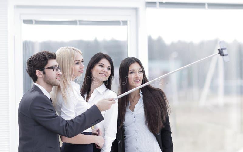 Группа в составе бизнесмены наслаждается принять Selfie с работой команды после встречать в офисе стоковые фотографии rf