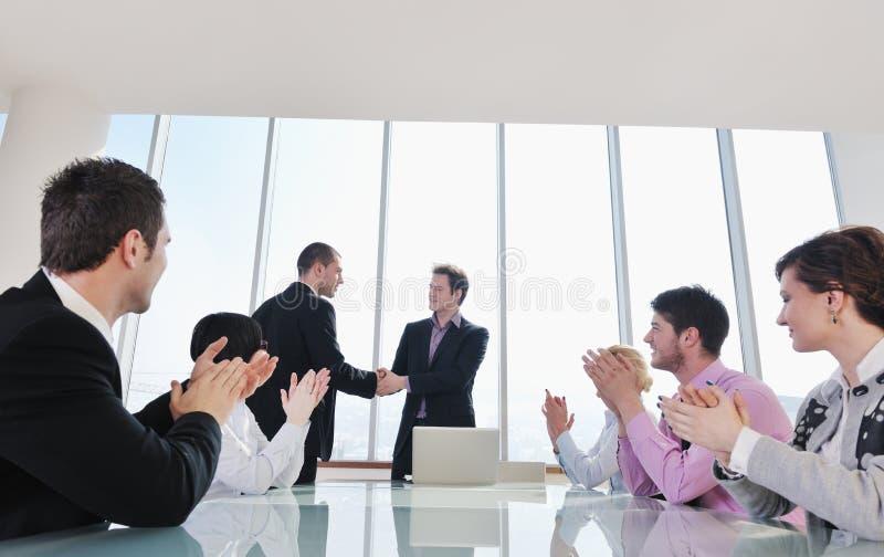 Группа в составе бизнесмены на встрече стоковое изображение