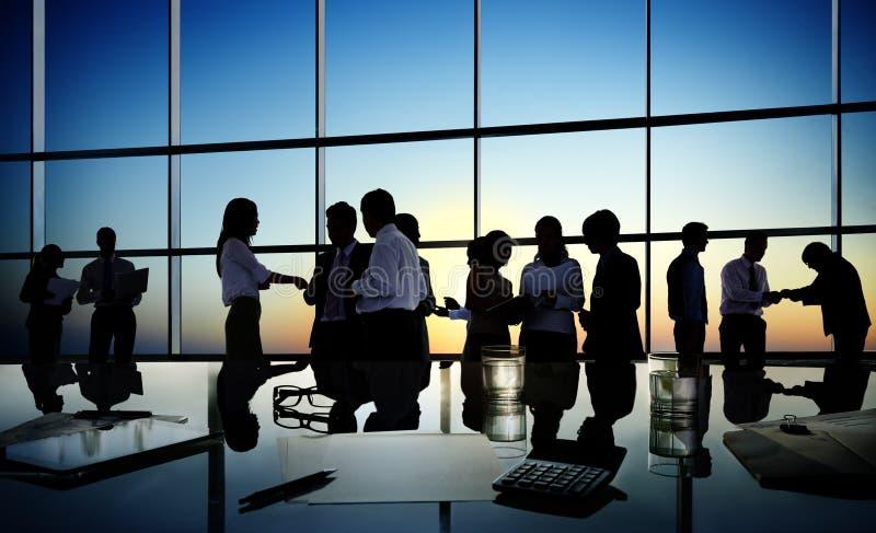 Группа в составе бизнесмены обсуждая в конференц-зале стоковые изображения rf