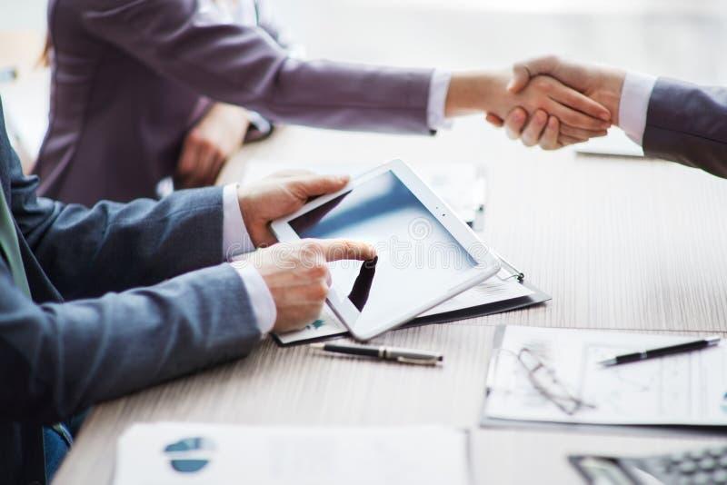Группа в составе бизнесмены обсуждая политику стоковые изображения