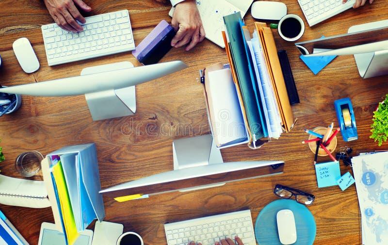 Группа в составе бизнесмены работая концепция стола офиса стоковые изображения
