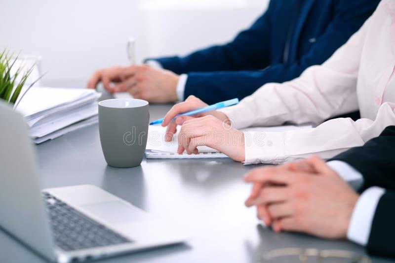 Группа в составе бизнесмены работая совместно в офисе стоковые изображения rf