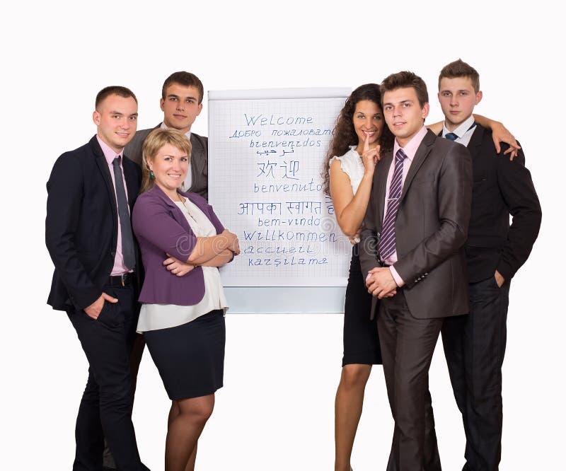 Группа в составе бизнесмены смотря диаграмму дальше стоковая фотография