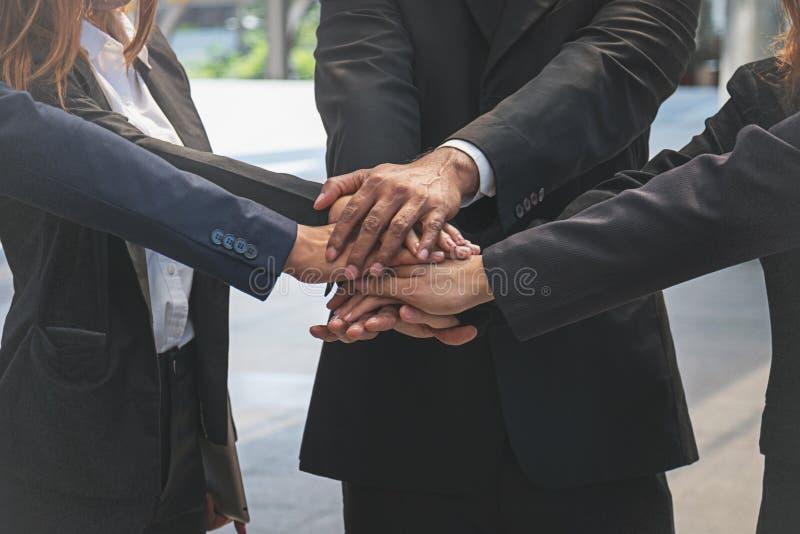 Группа в составе бизнесмены соединяя руки стоковые изображения rf