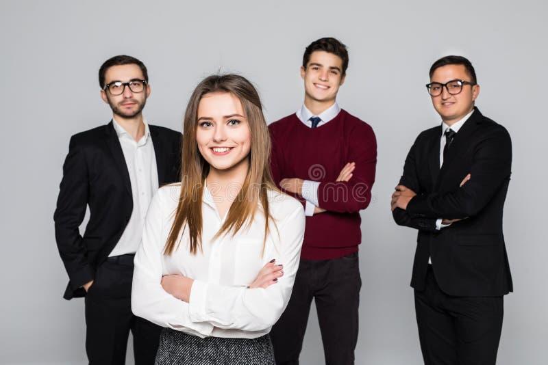 Группа в составе бизнесмены с женщиной в фронте как руководитель изолированный над белой предпосылкой стоковое изображение