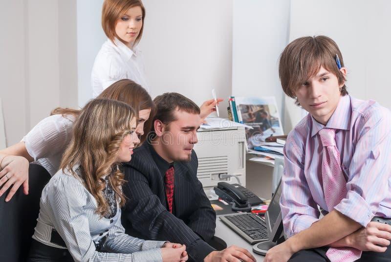 Группа в составе бизнесмены с руководителем в переднем плане стоковые изображения rf