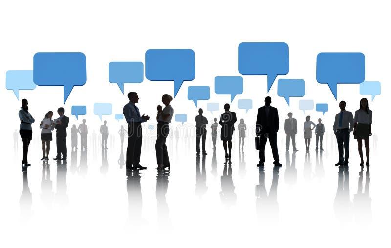Группа в составе бизнесмены с социальной сетью