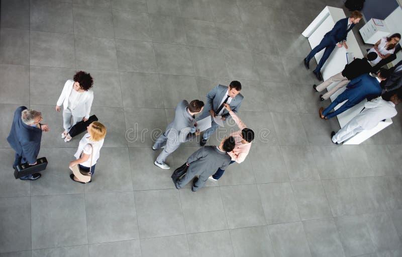 Группа в составе бизнесмены успеха идя дальше на деловую встречу стоковые фотографии rf