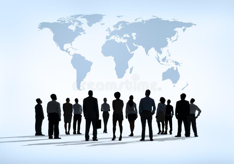 Группа в составе бизнесмены уча для глобальных тенденций экономического развития стоковое изображение rf
