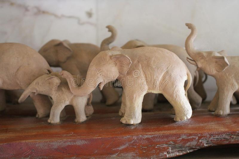 Группа в составе большая деревянная статуя слонов, высекаенная в трудной древесине, большинств привлекательный сувенир для туризм стоковые фото