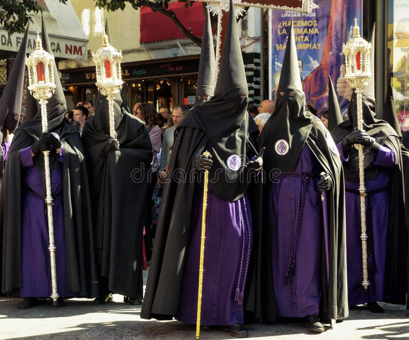 Группа в составе братство в улице в Севилье, Испании стоковое изображение